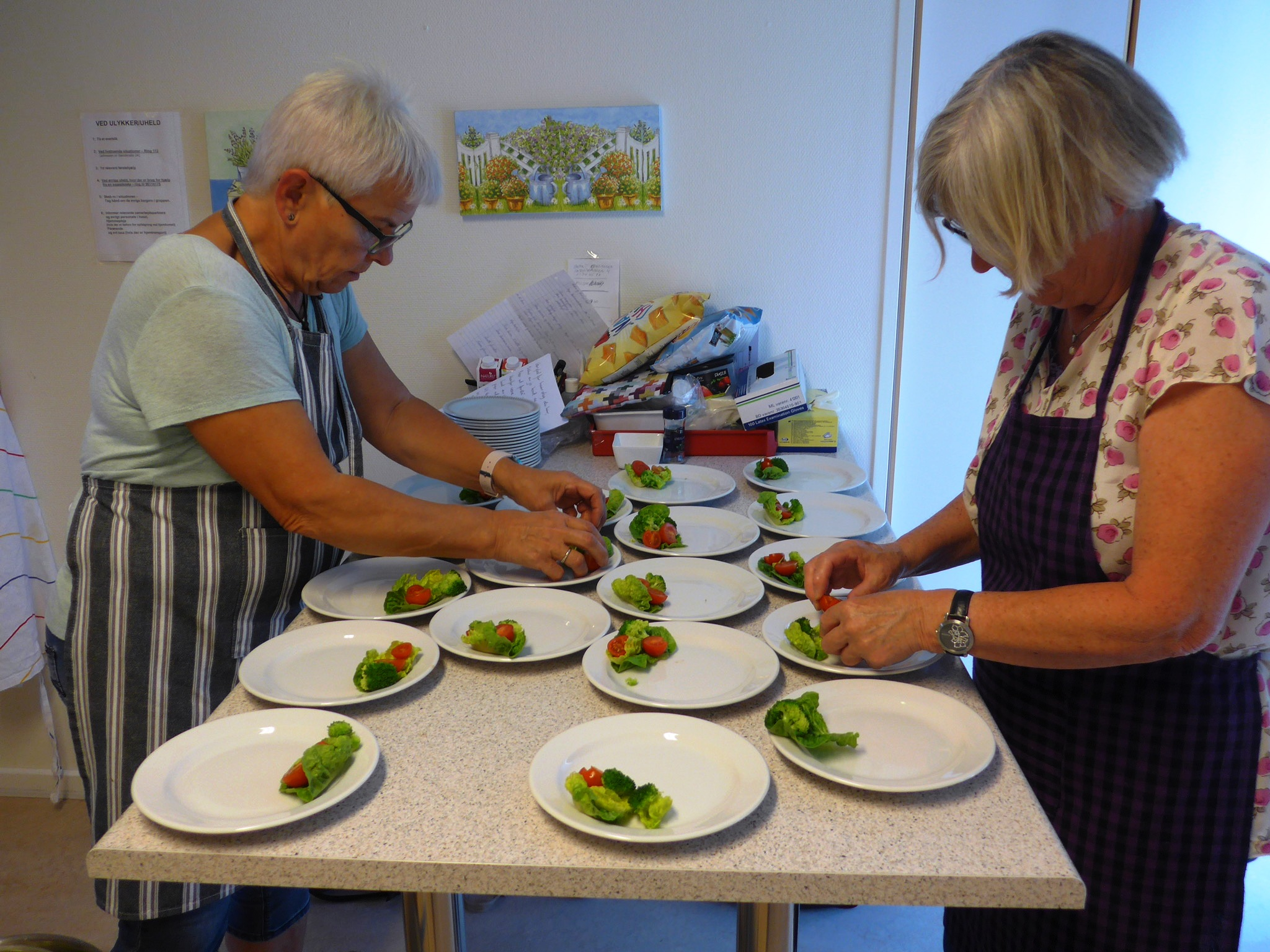 Der forberedes mad til aftenens arrangement i Resto Sommerfuglen